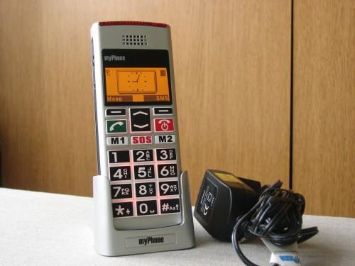 Test myPhone 1040 senior z podstawką podłączoną do ładowarki