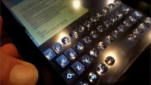 Ekran dotykowy z wypukłymi klawiszami na tablecie