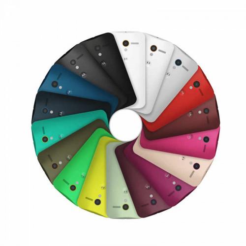 Moto X w różnych wersjach kolorystycznych.