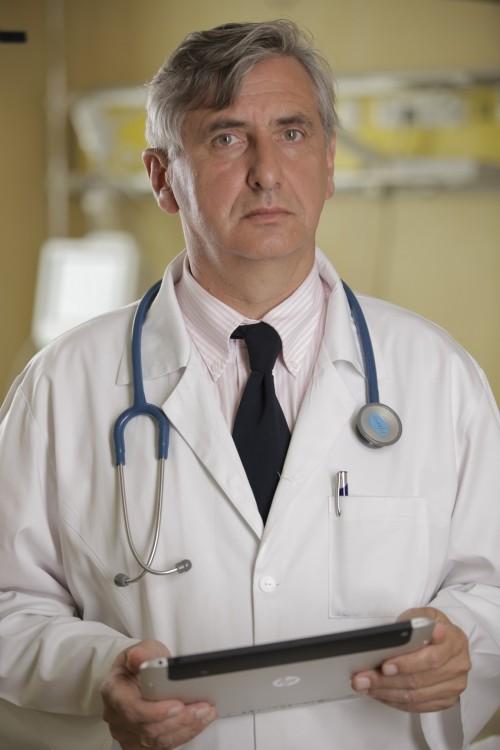 lekarz z tabletem przy łóżku chorego