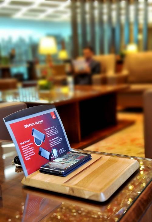 Emirates - ładowarki do telefonów w swoich poczekalniach