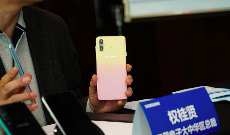 W Dzień Zakochanych Samsung wypuści smartfon Galaxy A8s Female Edition