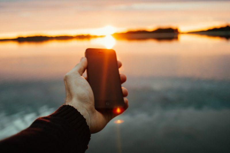 smartfon słońce