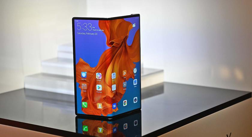Kierownika Huawei zauważyli ze składanymi smartfonem Mate X na lotnisku