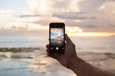 Polscy internauci coraz chętniej rezygnują w weekendy z urządzeń stacjonarnych na rzecz smartfonów i tabletów.