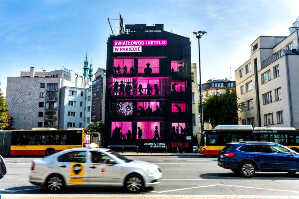 Zagadkowe murale T‑Mobile w Warszawie. Czy rozpoznasz wszystkich bohaterów Netflixa?