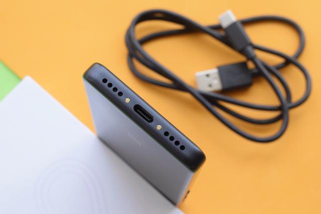 Tani i długi: Xiaomi zaprezentowała smartfon Qin 2 Pro