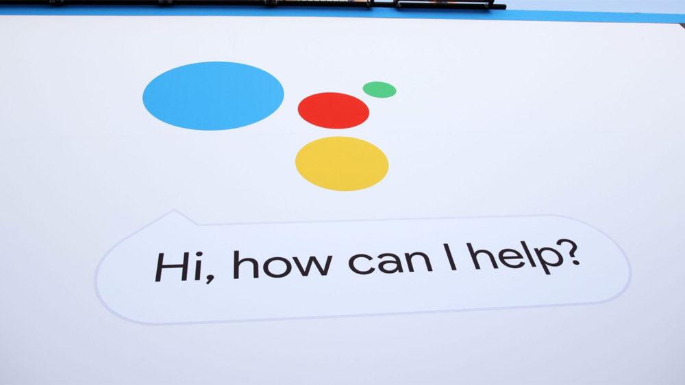 """Firma Google wprowadziła nową funkcję tłumaczenia mowy (w tym w języku rosyjskim) w czasie rzeczywistym. Dzięki wprowadzonemu w Asystencie"""" trybowi poligloty """" użytkownicy będą mogli zapomnieć o barierze językowej i komunikować się z obcokrajowcami w 44 językach. Tłumacz głosowy może być aktywowany na przykład zwrotami """"Ok, Google, bądź moim tłumaczem"""" lub """"OK, Google, pomóż mi mówić po niemiecku"""". Następnie asystent automatycznie wykryje język, w którym dana osoba mówi i będzie wyświetlał przetłumaczony tekst na wyświetlaczu. Smartfon działa jako pośrednik, więc obaj rozmówcy muszą komunikować się po kolei. Przyspieszyć proces pomoże """"inteligentne"""" podpowiedzi, które pojawiają się na ekranie — dzięki nim można odpowiedzieć bez wypowiadania słowa. Tłumacz głosowy pojawił się w """"Asystencie"""" w styczniu, ale jego obsługa była ograniczona inteligentnymi ekranami i głośnikami, donosi The Verge. Na urządzeniach mobilnych z Androidem i iOS nowa funkcja będzie dostępna od dzisiaj."""