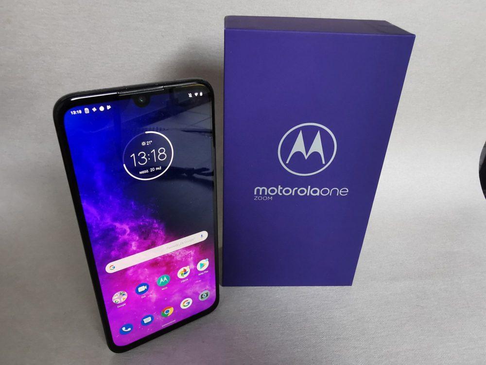 Wymiary Motoroli One Zoom to 75 x 158 x 8,8 mm, a waga 190 g. Telefon nie należy do najmniejszych, ale mimo wszystko dobrze leży w dłoni.