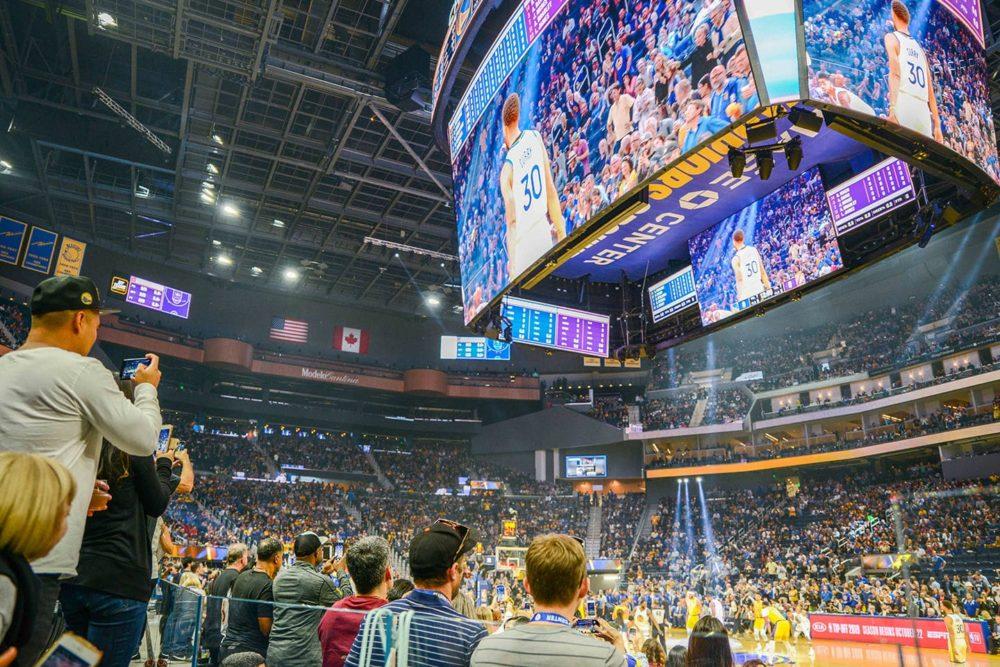 Ekran LED o powierzchni dwóch boisk zawisł nad głowami koszykarzy NBA