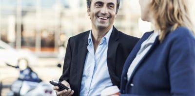 Od 20 kwietnia użytkownicy telefonów na kartę w Orange i nju mobile zapłacą mniej za rozmowy, SMS-y, MMS-y i transmisję danych w roamingu na terenie Unii Europejskiej i Europejskiego Obszaru Gospodarczego. Z cenników znikną opłaty dodatkowe, wynikające z decyzji prezesa UKE.