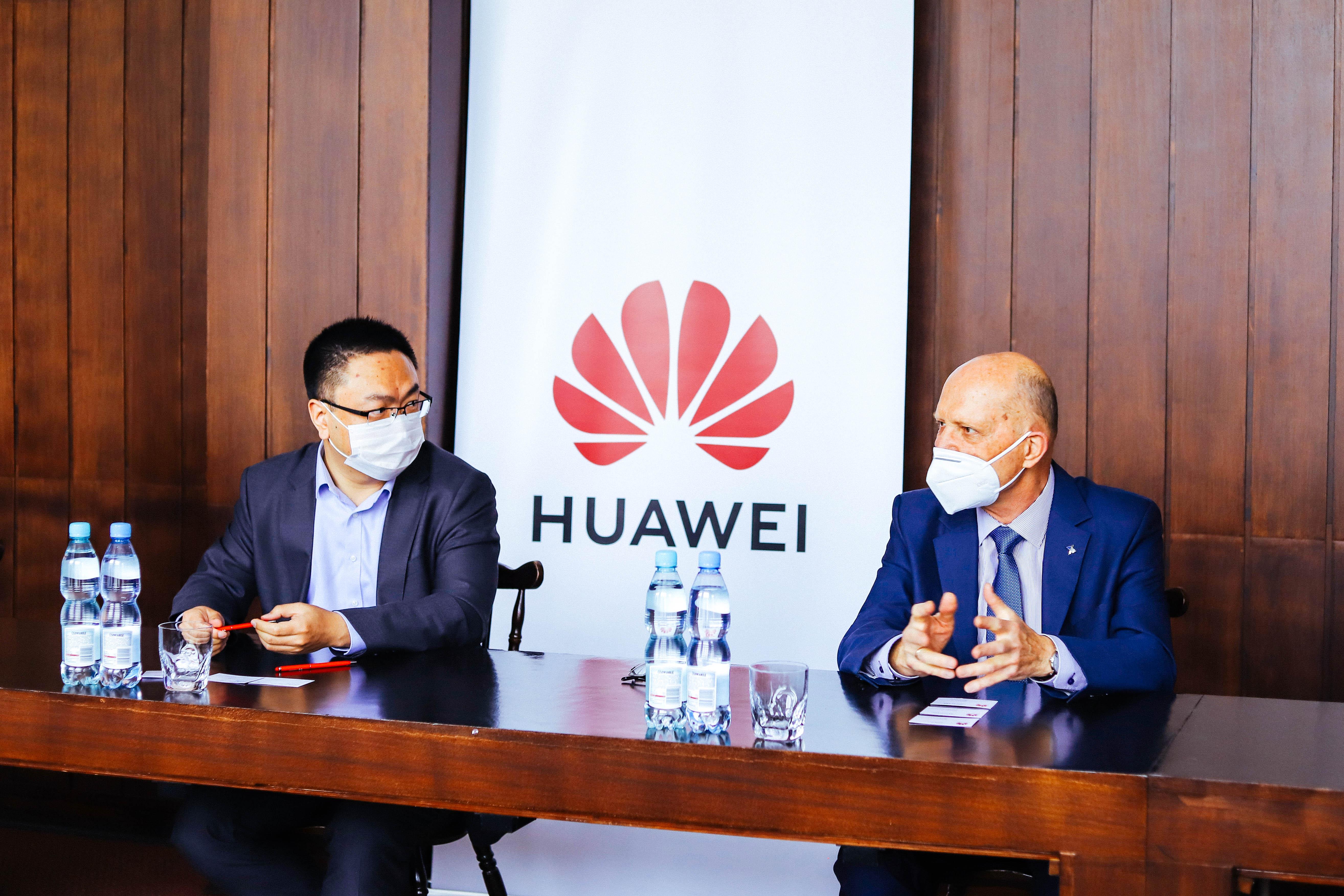 Bao Jianlin, Dyrektor zarządzający Huawei Polska i prof. dr hab. inż. Piotr Tatajewski w trakcie podpisywania umowy o współpracy