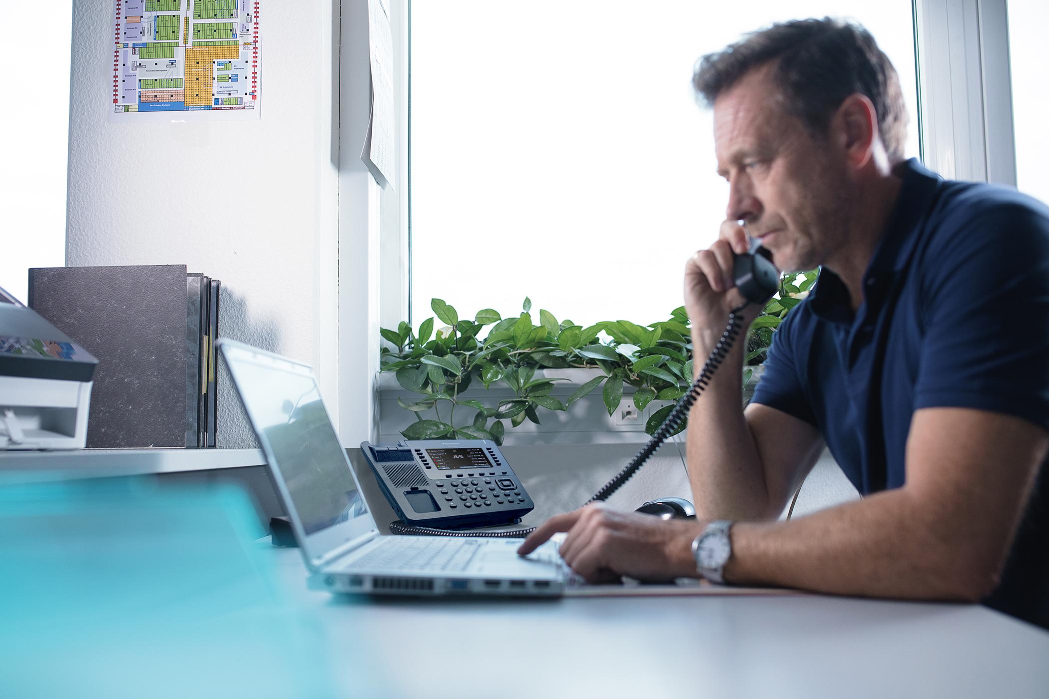 Najnowsze cyfrowe telefony biurkowe firmy panasonic z dużym kolorowym wyświetlaczem lcd oraz intuicyjną obsługą