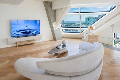 Telewizor LG OLED dopełnieniem wnętrza luksusowego apartamentu ZŁOTA 44