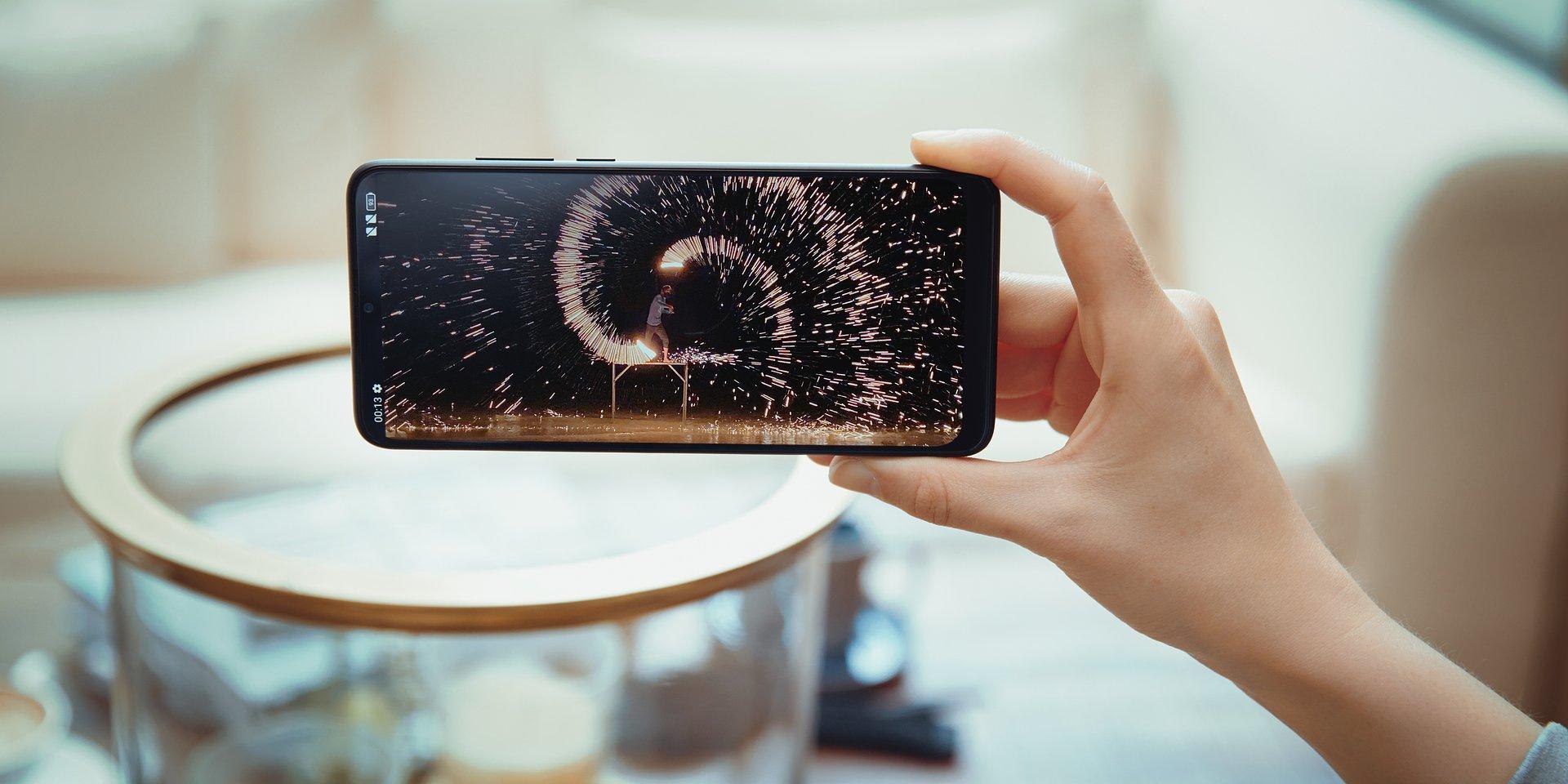 Dobry smartfon nie musi być drogi - na co zwrócić uwagę porównując modele z niższej półki cenowej?