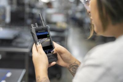 Firmy zyskują niezrównaną możliwość współpracy i produktywność dzięki nowemu inteligentnemu radiu firmy Motorola Solutions