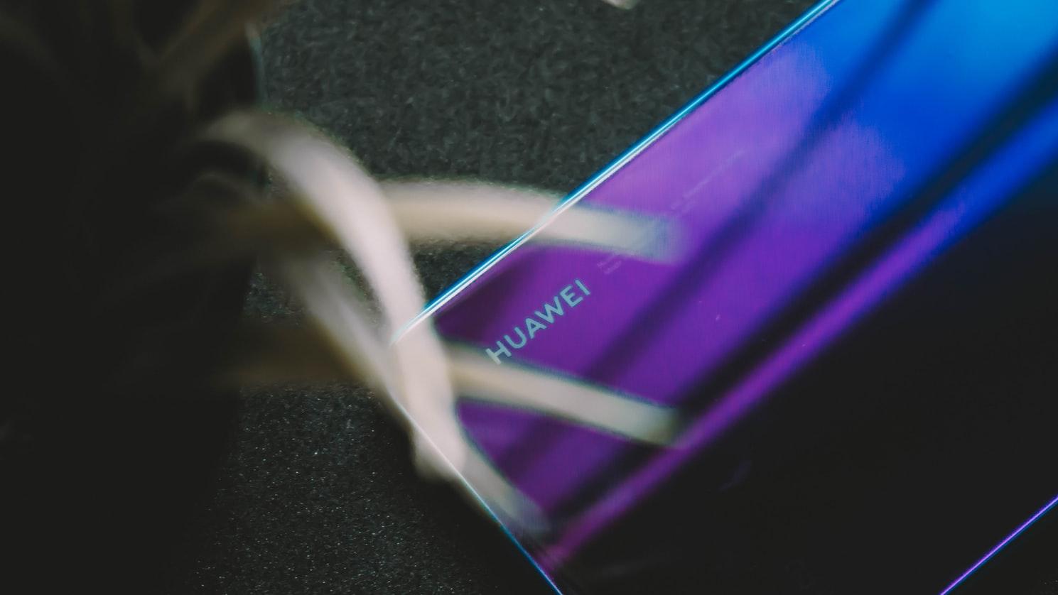 Huawei zaprzecza plotkom o planie sprzedaży flagowych marek smartfonów