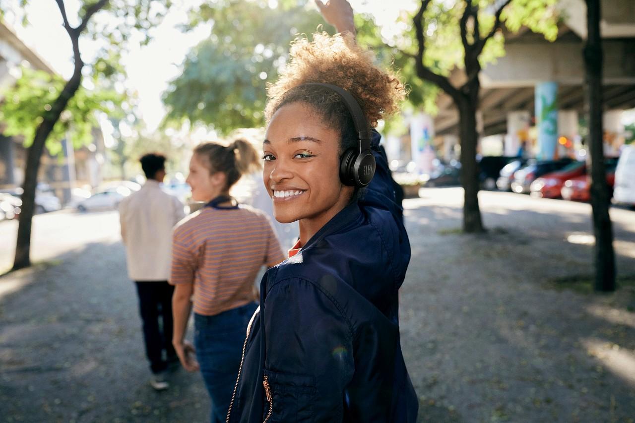 JBL Live 460 NC i JBL Live 660 NC – dwa nowe fascynujące modele słuchawek bezprzewodowych
