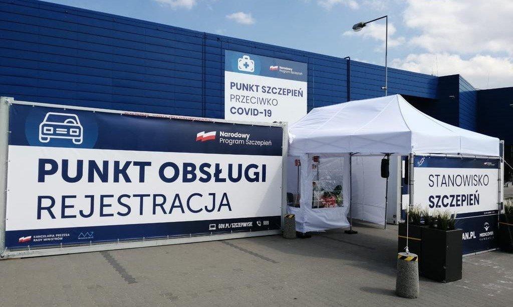 Szczepionka przeciwko COVID-19 bez wysiadania z samochodu – Nowy punkt Centrum Medycznego Damiana w Gdańsku.