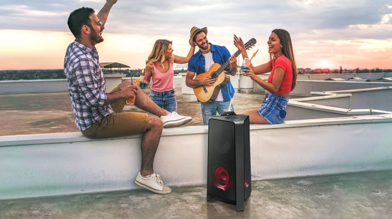 Power Audio, czyli imprezowa bestia Samsung Power Audio to odpowiedź na realne i aktualne potrzeby użytkowników, którzy coraz bardziej spragnieni są mocnego dźwięku. MX-T70 i MX-T50 mają dwa główne zastosowania. Po pierwsze idealnie sprawdzają się, jako nagłośnienie podczas domowych i ogrodowych imprez w gronie przyjaciół, a po drugie stworzą naprawdę zgrany duet z dużymi telewizorami Samsung. Power Audio MX-T70 z głośnikami o łącznej mocy 1500 Wat przenosi niemal klubowe wrażenia audio do domu. Mocny bas jest zasługą 10-calowego Głośnika Niskotonowego. Długi skok membrany gwarantuje głębsze i potężniejsze brzmienie oraz sprawia, że muzyka zyskuje większą siłę oddziaływania. Z kolei Power Audio MX-T50 to głośnik o łącznej mocy 500 Wat i – podobnie jak T70 oferuje Dwukierunkowy Dźwięk oraz Funkcję Wzmocnienia Basów. Dzięki wykorzystaniu unikatowej, dwukierunkowej konstrukcji dźwięk rozchodzi się równomiernie, obejmując znacznie większą powierzchnię. Z kolei atmosferę i basy można podkręcić przyciskiem Bass Booster. Power Audio to także świetne rozwiązanie dla fanów naprawdę mocnych wrażeń. Dzięki funkcji Odtwarzania Grupowego można połączyć aż 10 urządzeń[1], tworząc przenośny system nagłośnienia, niezastąpiony podczas imprezy przy basenie czy w ogrodzie. Power Audio – rozwiniesz talenty wokalne i taneczne Power Audio łatwo połączysz zarówno z telewizorem, takim jak Samsung Neo QLED, jak również z urządzeniem mobilnym[2]. Można to zrobić przewodowo lub bezprzewodowo przez Bluetooth. Wygodnym rozwiązaniem jest Wielokanałowe Połączenie Bluetooth – aby ktoś inny włączył swoją ulubioną playlistę, nie trzeba już odłączać swojego telefonu. To idealne rozwiązanie na imprezę, kiedy każdy chce poczuć się jak DJ. Tu warto także wspomnieć o dedykowanej aplikacji Samsung Sound Tower[3], która pozwoli dodać efekty do dobrze już znanych utworów i zaskoczyć znajomych podczas wspólnej zabawy. Power Audio pozwoli rozkręcić każdą imprezę. Z pomocą przyjdzie m.in. Tryb Karaoke, z który