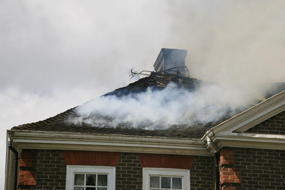 Trzech na pięciu Polaków obawia się pożaru – jak zabezpieczyć dom?