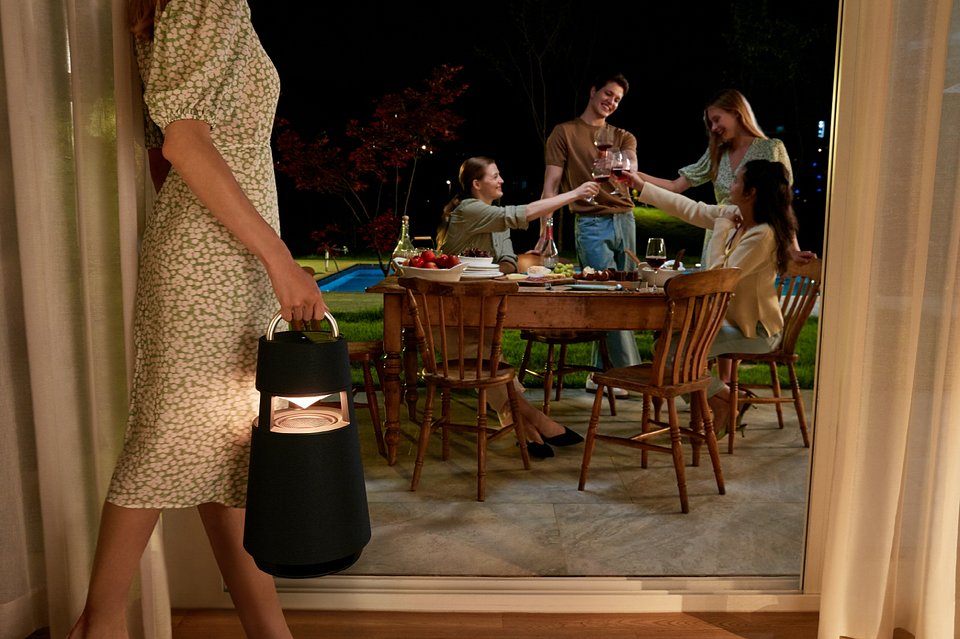 Głośnik LG XBOOM 360 to stylowy design i dźwięk klasy premium – w dowolnym miejscu i czasie